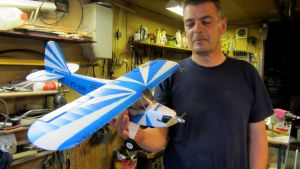 Hans Högbäck med ett av sina 164 modellflygplan