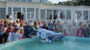 Årets sjusovare slängs in i fontänen i Hangö