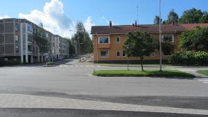 Cykelvägen längs med Flemingsgatan får ett abrubt slut i hörnet av gamla busstationen till höger.