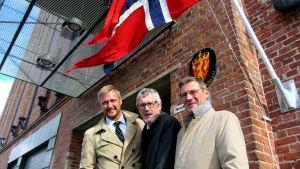 Kaj Rönnlund (längst til vänster) efterträder Lars-Erik Wägar (längst till höger) som norsk konsul i Vasa. I mitten Norges ambassadör i Finland Jörg Willy Bronnebakk.