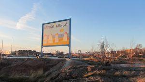 Hangöskylt på Fabriksudden, i bakgrunden Östra hamnen och Drottningberg