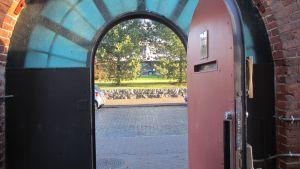 Den tunga metalldörren från fängelset ut till Strandgatan.