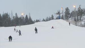 Slalomåkare i Påminnebacken i Pojo, Raseborg.