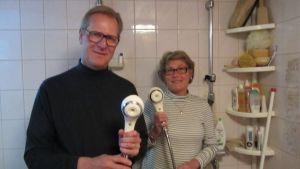 Rune och Camilla Nyström har speciella duschar som ska spara vatten.