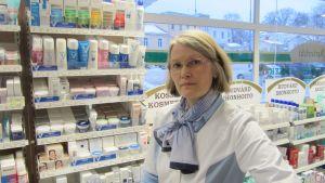 Apotekare Birgitta Måsabacka i Ekenäs första apotek.
