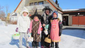Linnéa, Ida, Lizette och Elin har klätt ut sig i Solf 2013