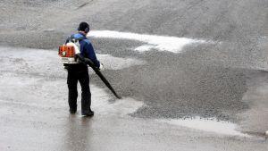 Lövblåsare får inte användas för att städa bort sand