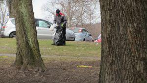 Städningen efter första maj i Hovrättsparken i Vasa