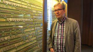 Erkki Salminen i myntkabinettet vid Österbottens museum.