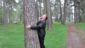 Miljöföreningens Pertti Sundqvist kramar träd