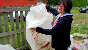 Mia Sjöblad sorterar plastsäckar