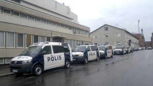 Polisbilar på rad.