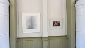 Två av tolv verk av utställningen 50h.