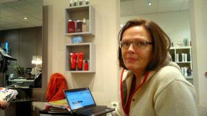 Viveca Vuontela har kontoret med sig på företagsbesök