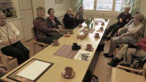 Sällskapsgruppen för ensamboende seniorer samlas i servicehuset Esplanad i Lovisa