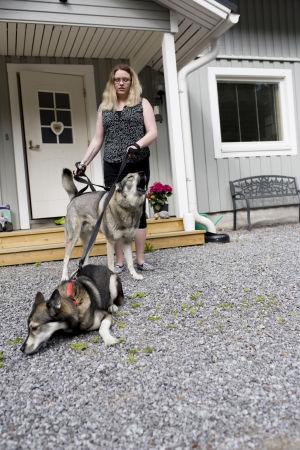 Josefine Stenvall rastar två hundar.