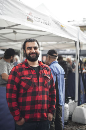 """Pushkin Hama står framför ett tält med texten """"Cervisiam"""". Det är namnet på hans norska bryggeri, som deltog i Craft Beer Heslinki 2018."""