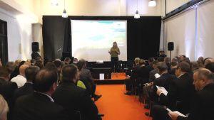 Hundratals i Domus Bothnica för att diskutera Teslas Gigafactory. Annika Damström som konferencier.