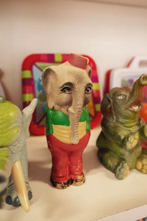 Erilaisia norsuleluja hyllyllä.