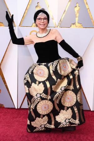 Rita Moreno på röda mattan inför Oscarsgalan 2018.
