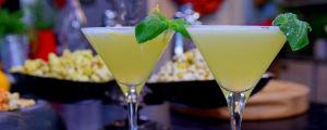 Kaksi alkoholitonta drinkkia cocktaillasissa.