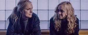 Lena (Anu Sinisalo) ja Katia Jaakkola (Lenita Susi) istuvat vierekkäin ja katsovat toisiaan.