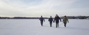 Sorjonen, Lena Jaakkola ja kaksi poliisia kävelevät lumisella aukealla kohti kameraa.