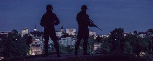 Kaksi erikoisvarustettua poliisia Lappeenrannan yössä.