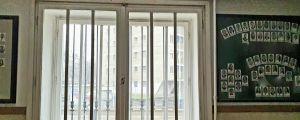 Ett fönster i en skola i Ungern har galler för.
