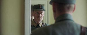 Fleischer tittar sig i spegeln just innan han skall begå självmord.
