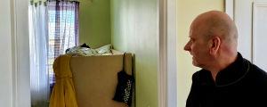 Mati Sinisaar visar barnhemmets utrymmen på Bethelscentret i Tallinn. Här ett rum där två flickor bor.