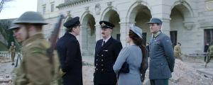 Kung Haakon och krinprins Olav utanför ett delvis sargat Buckingham Palace.