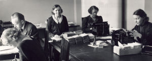 Yleisradion Radiolupakonttori, työntekijöitä käsittelemässä radiolupia 1930-luvulla.