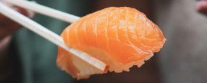 Kalasushin eli nigiriä palaa nostetaan puikolla annokselta.
