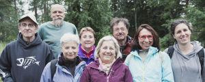 Italialaisia turisteja ryhmäkuvassa Hörtsänän arboretumissa Orivedellä