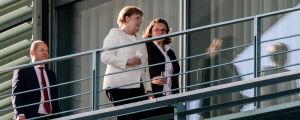 Angela Merkel i diskussion med Andrea Nahles.