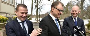 Regeringstrion Petteri Orpo, Juha Sipilä och Sampo Terho är glada inför budgetrian.