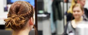 En håruppsättning med flätor.