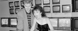 Yleisradion televisio-ohjelma Rockstop. Toimittaja, ohjaaja Matti Grönberg ja toimittaja, juontaja Heli Nevakare ohjaamossa 1990.