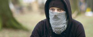 Maskerad tysk anarkist i skog. Anarkisten Momo i Hambach skogen/ April 2018, Västra Tyskland