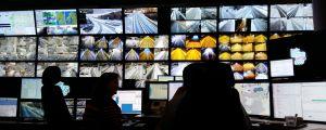 Två trafikoperatörer tittar på några av de 100 datorskärmar med vilka trafiken övervakas.