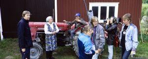 """Ylen tuottamaa """"Metsolat"""" sarjaa kuvataan Mouhijärvellä vuonna 1992. Kuvassa näyttelijät Helinä Viitanen-Haljala, Ahti Haljala, kuvaussuunnittelija Timo Kapanen, äänittäjät Anne Syrjä ja Harri Lehtikevari sekä kuvaajat Juha Pitkänen ja Ari Hellman."""