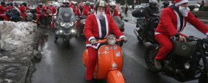 Serbiska motorcyklister utklädda till julgubben kör genom Belgrad den 22 december 2018. Entusiasterna kör i karavan för att hämta gåvor till mindre bemedlade barn.