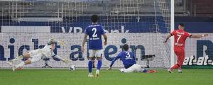 Schalkebacken Juan Miranda (nummer 3) styr in bollen i eget mål.