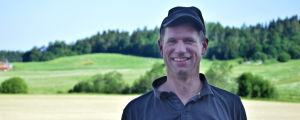 Jordbrukare Fredrik Grönberg på Mörsbacka gård i full färd med höbärgningen.