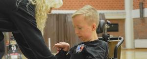 Ewa Lundell hjälper sin son Alex Lundell.
