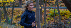 Johanna Bäcklund löper i skogen.
