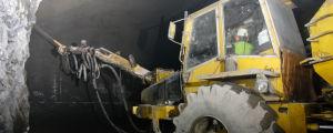 En traktor borrar inne i Onkalo.