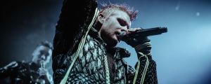 Islantilaisen Hatari-yhtyeen laulaja Klemens Hannigan laulaa mikrofoniin.