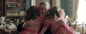 Ragnhild och Astrid i rosa klänningar kramar om Roosevelt.